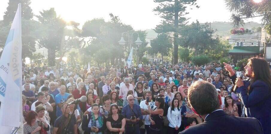 Folla a Bacoli